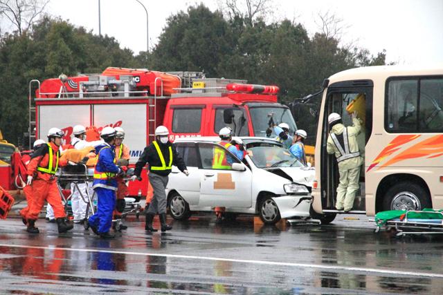 事故車両を解体する様子及びけが人を担架で運ぶ様子