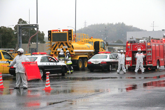 交通整理をする交通警察隊(写真中央は事故を起こしたタンクローリ)