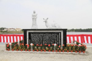 光明池副堤防改修記念石像除幕式