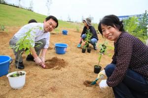 辻市長と従業員が植樹をしている様子